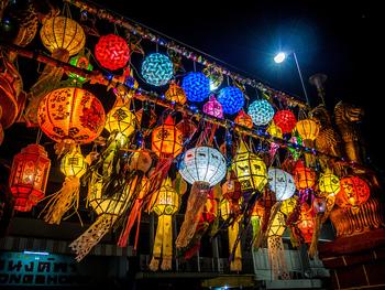 ロイクラトンはタイの各地で行われますが、チェンマイでは「イーペン祭」と呼ばれピン川に灯籠が流されます。あちこちのお寺では色とりどりのランタンが飾りつけられて美しい光景に。