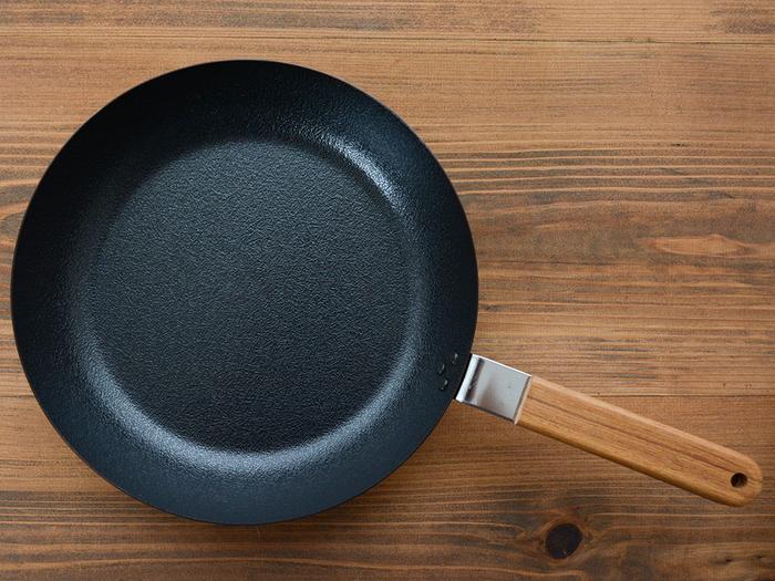 ふわっふわのオムレツや目玉焼きなどの玉子料理はもちろん、野菜炒めやホットケーキなど毎日大活躍してくれる鉄製のフライパン。鉄製のフライパンは熱伝導率がよくて、蓄熱性も高いので食材をふっくらと焼き上げることができるからおすすめです!  しかも、この「ambai(アンバイ)」のフライパンは、鉄のフライパンにありがちな焦げ付きやこびりつきを限りなく防いでくれる特殊加工が施されているので、初めての方でも安心◎。