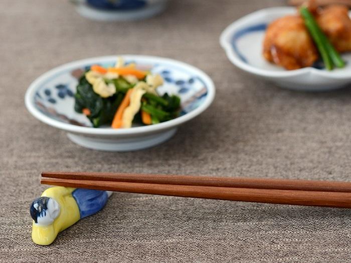 食卓の上でゴロンと昼寝しながらも、しっかりと箸を受け止めてくれるユニークな箸置き。焼き物の町、長崎県波佐見町で工房兼ギャラリーを構える「京千」が手がける「sen(セン)」のプロダクトです。これなら、リラックスして食事を楽しめそう♪