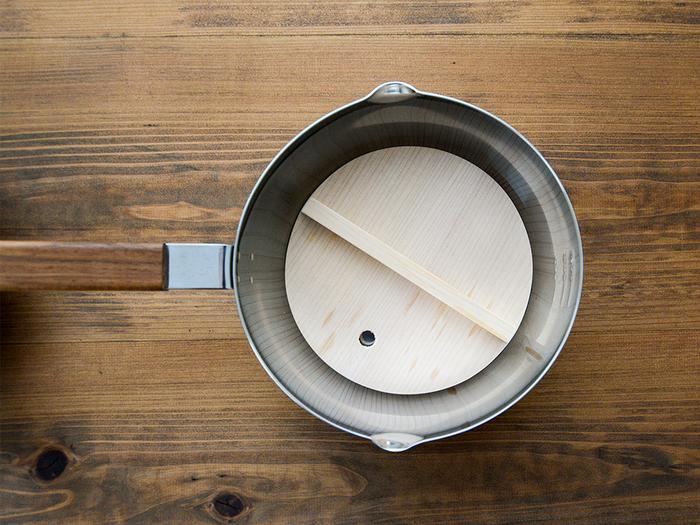煮る、炊く、茹でる、出汁を取るといった調理はもちろん、ミルクパンとしても使える雪平(ゆきひら)鍋。おすすめは、昔ながらの美しさを活かしつつ、現代の暮らしにフィットするようリメイクされた「ambai(アンバイ)」の雪平鍋です。  三層になった鍋の内側は耐食性のある磨きステンレスで、お手入れは簡単◎。熱もムラなく伝わります。楽に注げる注ぎ口、目盛り付き、水に強いチーク材を使った持ち手など細部までこだわりが詰まっています。