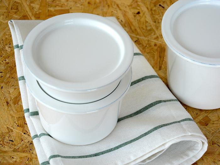 丸いシンプルな琺瑯の保存容器も「kaico(カイコ)」のもの。キッチンに置いておくだけでも絵になる佇まいで、フタを取れば、そのまま食卓でオシャレな器として使えます。  琺瑯は臭いが移りにくく酸にもアルカリにも強いので、実は保存容器として最適!密閉性を追求したシリコンパッキン付きのフタ、スタッキング収納が可能なデザインなど、使い勝手の良さも魅力的です。