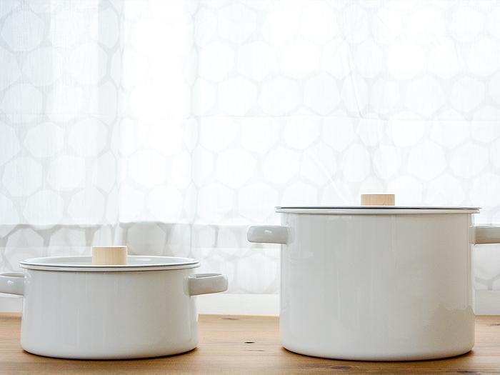お味噌汁にスープ…。日々何かと出番の多い両手鍋は、耐久性と保温性に優れた琺瑯製がおすすめです。「kaico(カイコ)」の両手鍋は、使いやすくお手入れも簡単な上、そのまま食卓に出せる洗練されたデザインも魅力◎。パスタパンも、中網を外せば定番メニューのカレーやシチュー、煮込み料理など幅広く使えて便利です。