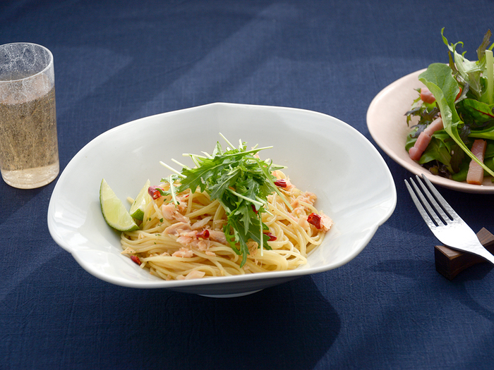 「どんな料理でも色っぽく素敵に見える。」 岐阜県の工房で、料理の魅力を最大限に引き出してくれる器をつくり続けている作家、村上雄一(むらかみ ゆういち)さんが手がけた白磁フリル皿。ひらひらと軽やかに揺らめく動きのある表情が魅力で、普段の食卓をまるでレストランのような素敵な雰囲気に変えてくれます。  パスタや鉢、サラダボウルの他、深さがあるので煮物やカレー、スープや冷たいおうどんを入れるのも◎。この使い勝手の良さもおすすめしたいポイントです!