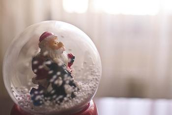 サンタクロースが主役のスノードームも、やはりクリスマスの定番ですね。シーズン前になると、ヨーロッパ風のおしゃれなサンタの飾りも数多く目にしますので、そんなこだわりのサンタでスノードームを作るのもいいですね。