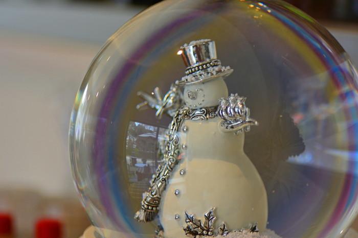こんなおしゃれなスノーマンも、クリスマスのスペシャルなスノードームにお似合いですね。とても洗練されたインテリアとして、お部屋を素敵な冬の香りで満たしてくれそう♪