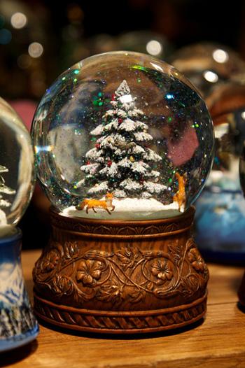 クリスマスの雰囲気を盛り上げてくれる、ツリーのスノードーム。降り積もる雪を、繊細なスノーパウダーやラメなどで表現したいですね。冬の動物などをさりげなく登場させるのもいいアイデア♪