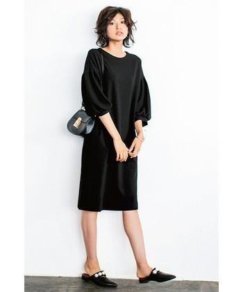 こちらはリトルブラックドレスのカジュアルな着こなしバージョン。足元にスニーカーだったり、パーカーやブルゾンを合わせても上品カジュアルに着こなせます。