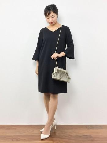 1つ前のお写真はパフスリーブでしたがこちらはベルスリーブ。ブラックでシンプルなドレスといっても袖1つで大きく印象が変わりますよね。丈感もちょうどよく、カジュアルすぎないのでオフィスコーデにも活躍しそうです♪