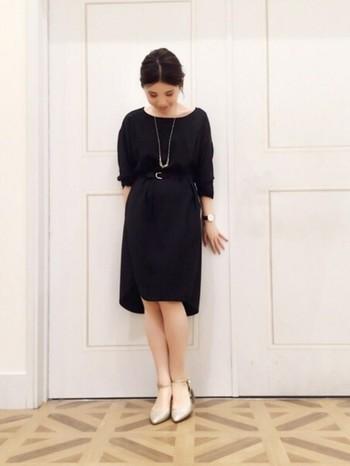 七分袖のドレスはオールシーズン使えるだけでなく、シンプルな形であればオンオフ問わず着まわせるアイテムです。さりげないロングのネックレスが映えますね。
