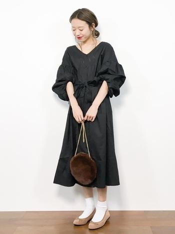 ボリュームスリーブが今年らしいシャツドレス。人とはちょっと違ったブラックドレスを探している方にもぴったりではないでしょうか?ドレスとしてだけではなく前を開ければ普段使いの羽織りとしても使えます。