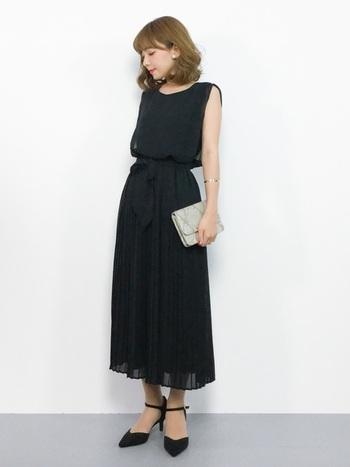 動くたびにゆらゆらとシフォンプリーツがなびく姿は女性らしいですよね。シフォン素材のドレスは軽やかでシワになりにくいのも嬉しいポイントですね。