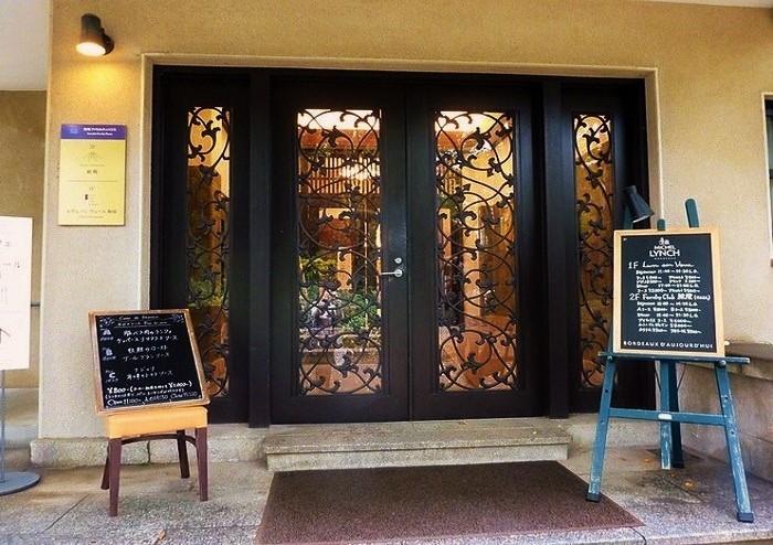 店名はフランス語で「杯をあげよ」(乾杯)の意味。ワイン会や音楽イベントなども随時開催されています。