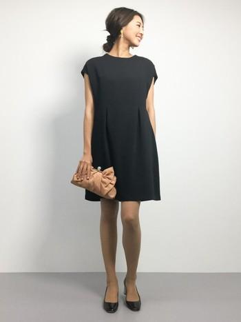 ふんわりと体を包むようなコクーンドレスは上品で長く愛用できるアイテムです。フレンチスリーブになっているので二の腕が気になる方にもおすすめ。