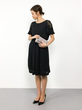 女性らしいレースが控えめに施されたドレスは、流行にあまり左右されず長く使えるアイテムです。ふんわりとしたパフスリーブは気になる二の腕隠しにも◎