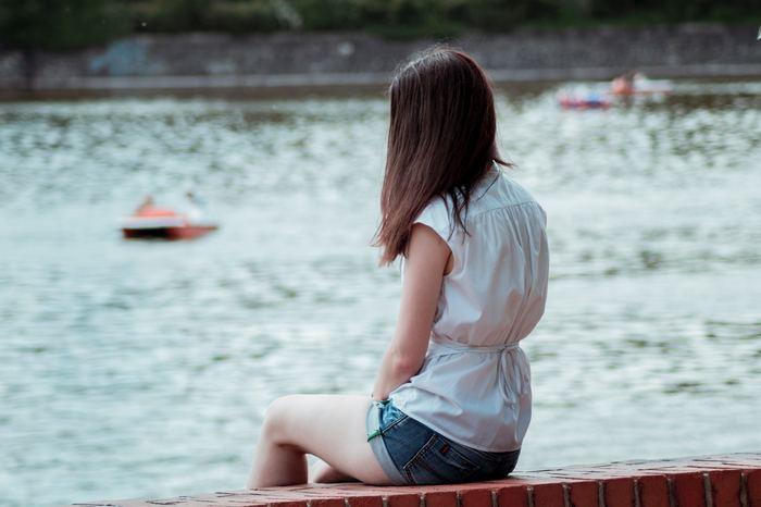 生理の前になると些細なことでイライラしてしまったり、ちょっとした言葉に落ち込んでしまったり…。気持ちが不安定になってしまう人もきっと多いはず。集中力も低下してしまい、仕事に身が入らないなんてことも。
