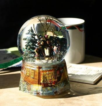 雪が舞う冬の美しい世界をガラスの中にとじ込めたアート「スノードーム」。そのDIYが、意外にも簡単で人気です。クリスマスだけでなく、ずっと飾っておきたいインテリア♪あなたも、オリジナリティあふれる自分だけのスノードームを作ってみませんか?