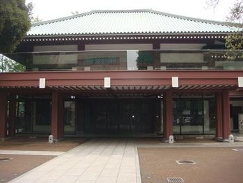 東京メトロ・要町駅から徒歩2分、またはJR・池袋駅から徒歩8分の場所にある「祥雲寺(しょううんじ)」。江戸時代に4度の引っ越しや火事を経験した後、この池袋の地に落ち着いたという、波乱万丈の歴史を持つお寺です。現在の本堂は昭和56年に建てられた物で、近代的な雰囲気も併せ持つ荘厳さが魅力です。
