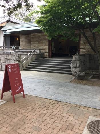 「祥雲寺」に2017年4月にオープンしたのが、こちらのカフェ「ぼうず'n coffee」。入り口に赤い看板が立てられていたら、開店している合図です。