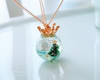 こちらは、冬の湖の浮かぶクリスマスツリーをイメージした作品。物語が感じられる素敵なネックレスです。