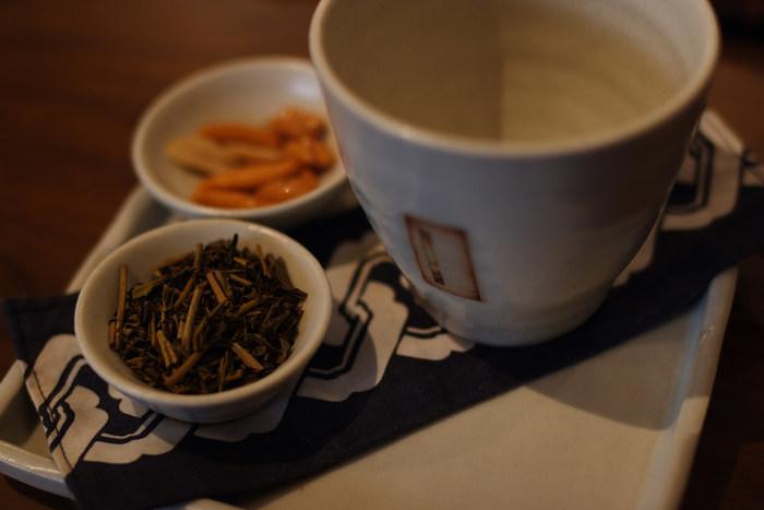 ほうじ茶は、煎茶や番茶などを乾煎りしたもの。強火で焙煎することで、香ばしくあっさりとした飲みやすいお茶です。ほうじ茶は渋みが少ないため、約95℃の高温のお湯で香りを引き出しましょう。