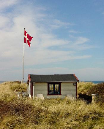 一方、幸福度の高いデンマークは、よく知られている通り高い税金が国を支える高福祉国家です。高い税金が受け入れられるのは、使い道の透明性が高いことと、自分にも再配分される安心感があるからです。