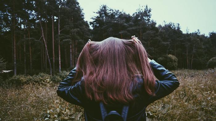 また、ボリュームが気になる人はヘアアイロンの前にセットスプレーを振るのもおすすめ。ヘアアイロン前にセットスプレーを振ることでストレートの持ちが良くなる上に、髪をセット剤がコーティングしてくれるのでダメージ軽減にも役立ちます。やり方は、髪全体の真ん中あたりにセットスプレーを離し気味に軽く振りかけてからヘアアイロンを滑らせるようにしましょう。髪が固まらないように少しずつ振るのがポイントです。