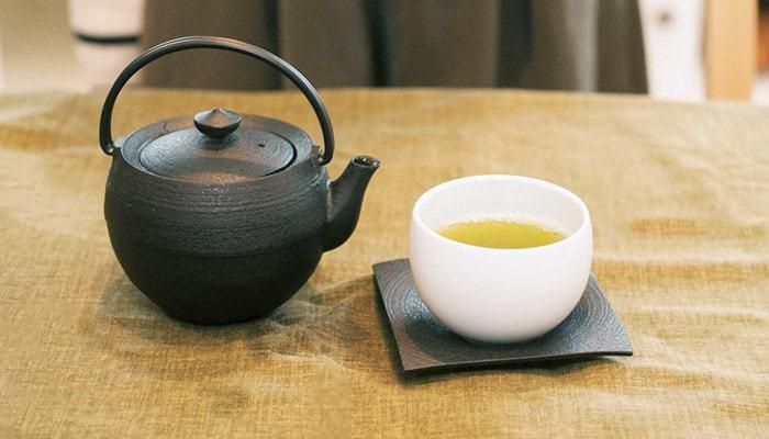 国内で多く栽培され、飲まれているのが「緑茶」。茶葉を発酵しないように加熱処理したもの。煎茶は約70~80℃のお湯で、お茶の持つ香りや旨味を最大に引き出すことができます。