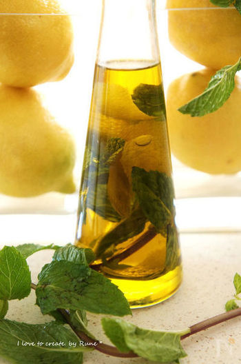 ピーラーで薄く切ったレモンの皮と水気をとったミントを、熱したオイルの中へ。さっと煮て、冷めればできあがる爽やかな風味のオリーブオイル。そのままサラダにかけるのはもちろん、シーフードなどとの相性も抜群です。
