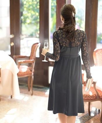 デコルテから袖がレースになっている切り替えドレスは後姿も美しいですね。ふわっとしたスカートのシルエットは華やかでパーティーシーンにもぴったり♪