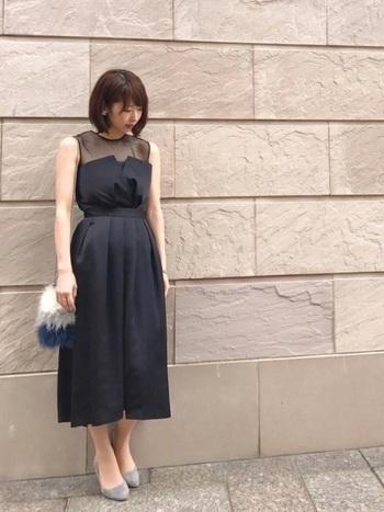 ビスチェ風のデザインドレスは露出も控えめで大人っぽい雰囲気に。ウェストマークでスタイルアップ&足長効果もばっちりです。ファー素材の小物で季節感を出しているのもおしゃれです。