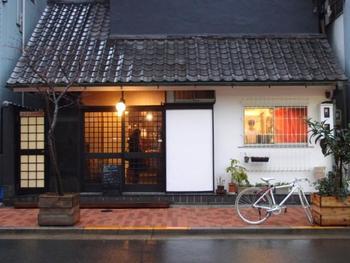 趣のある和の佇まいが素敵なこちらのお店、実は和菓子ではなく洋菓子店なんです。カフェも併設され、イートインも可能な人気の菓子工房「ルスルス浅草店」は、つくばエクスプレス「浅草駅」から徒歩約10分、東京メトロ銀座線「浅草駅」から徒歩約12分の距離にあります。