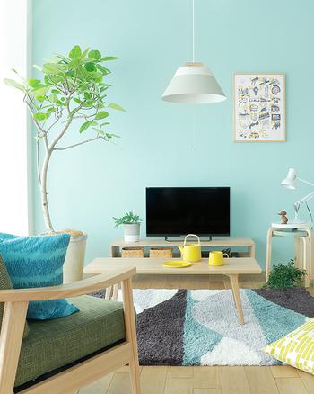 リビングのテレビの背景にもブルーの壁はよく映えます。画面もはっきりと見えますね。