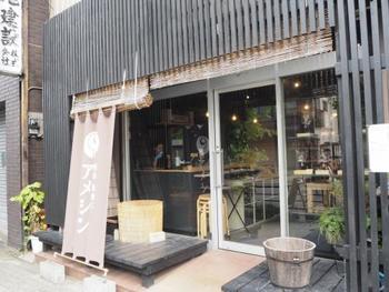 繊細な飴細工で知られている日本随一の技術を誇る「アメシン」。有名観光スポットスカイツリータウン・ソラマチにも店舗があるので、そちらで見事な飴細工を見かけたことがある方もいるのでは。こちら浅草本店は、飴細工の体験もできる工房が併設されており、実際に自分で繊細な飴細工を作ることができます。