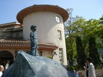 フランスの作家サン・テグジュペリの代表作「星の王子さま」は、1943年ニューヨークで出版され、200以上の国と地域の言語に翻訳されて1億4500万冊以上も発行された大ベストセラーです。 「星の王子さまミュージアム」は、サン・テグジュペリ生誕100年を記念して、1999年6月29日にオープンしました。写真や手紙、愛用品などが展示され、サン・テグジュペリの生涯や「星の王子さま」が生まれた経緯を知ることができます。「星の王子さま」の物語を紹介した映像も楽しめます。