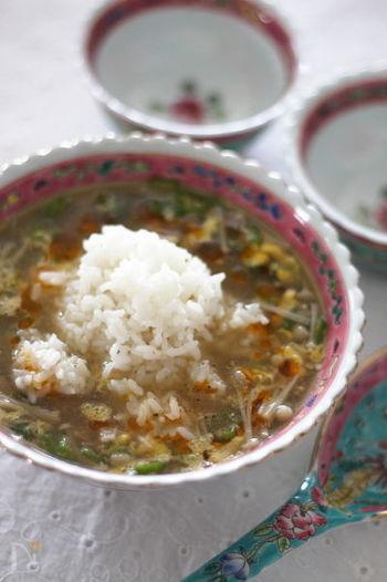 【オクラとえのきたけの酸辣湯風スープごはん】 酸っぱ辛さが美味しい酸辣湯風スープにご飯がよく合います。好みに合わせてお酢やラー油の量を調節してくださいね。