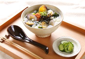 【梅と昆布のさっぱりスープご飯】 市販のスープの素を使うのであっという間に出来るので、朝ごはんにはもちろん、自宅で晩酌の〆にもピッタリ。