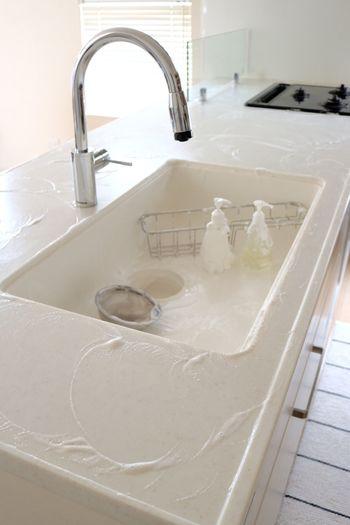 ワークトップは物をどかして、クリームクレンザーと古くなったスポンジで丸洗いしましょう。泡だらけになるほど大胆に!スクイージーで泡を回収したら、水拭きし、マイクロファイバークロスで拭けばスッキリ簡単です。