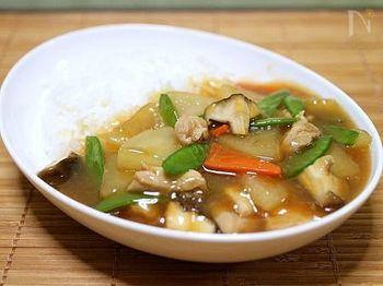【鶏肉と大根のスープあんかけご飯】 鶏肉と大根がメインだから具材たっぷりでもさっぱり美味しく食べられます。中華丼よりも柔らかめのあんなら、ご飯によく馴染むスープごはんに。