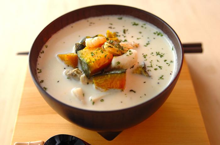 【シーフードミルクスープごはん】 シーフードとかぼちゃは冷凍のものを使えば時短にも。シーフードの旨味とミルクとチーズのこっくりしたスープでお腹も大満足の一品です。