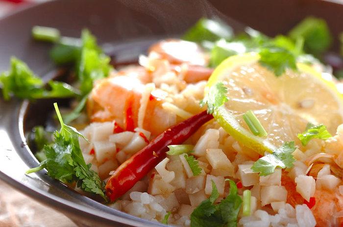 【エスニックスープご飯】 日本のお米なら固めに炊くのがおすすめです。もしタイ米が手に入れば、より本格的な味が楽しめます。エビのプリっとした食感とレンコンのシャキシャキ食感が楽しい一品です。