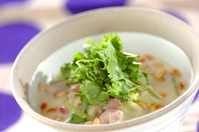 【サムゲタン風スープご飯】 女子に大人気のサムゲタン。おうちでは鶏肉を小さく切ってサムゲタン風スープにすれば簡単にできちゃいます。コラーゲンがたっぷりのスープをしっかり美味しくいただきましょう!