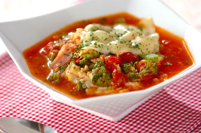 【トマトチーズのスープご飯】 真っ赤なトマトスープが元気をくれる朝食にもおすすめのスープごはん。スープ単体でもパスタにかけても美味しいので作り置きするのもいいですね。