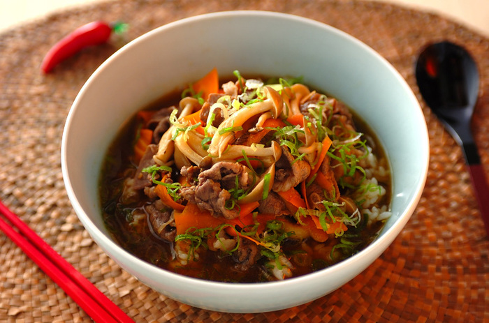 【牛肉の焼き肉のタレスープごはん】 焼肉のタレが美味しいスープに。斬新なアイデアが楽しいスープごはんは、大人も子供も好きな味。パパっと作れるので忙しい日の時短料理にも。