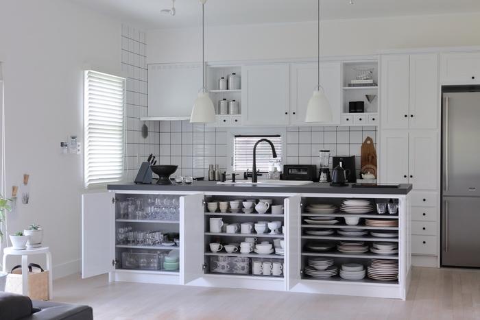冷蔵庫同様、戻す時に使用頻度の高い物を手に届きやすい場所にするなどして、整理整頓をしましょう。  食器を効率よく収納できるトレーやラックを使うのもおすすめ。ガラス食器は棚を分けて収納すると、うっかり割ってしまうリスクを少なくすることができますよ。
