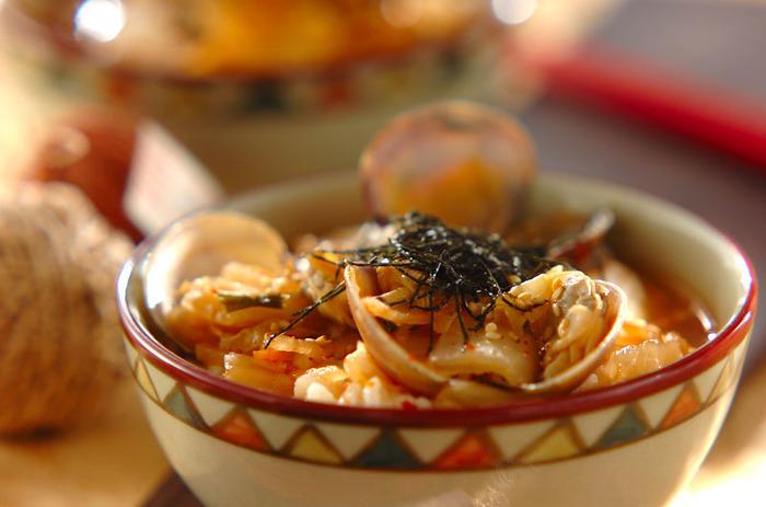 【アサリとキムチのスープご飯】 アサリとキムチで作る韓国風のお茶漬け。具材からおいしいだしが出るので、旨みのたっぷりのスープに。辛味をプラスしたい時はお好みでコチュジャンをプラスしても。