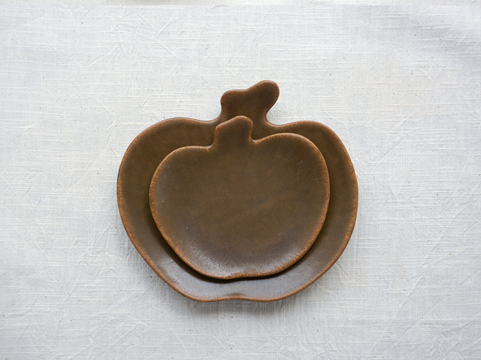 りんご皿の小さいサイズは、副菜を盛り付けたり、お茶の時間にお菓子をのせたりするのに便利です。中皿は、サラダやデザート、パンをのせるのにちょうどいい大きさ。取り皿として使ったり、お子さま用のお皿としても使える使い勝手の良いサイズ感です。