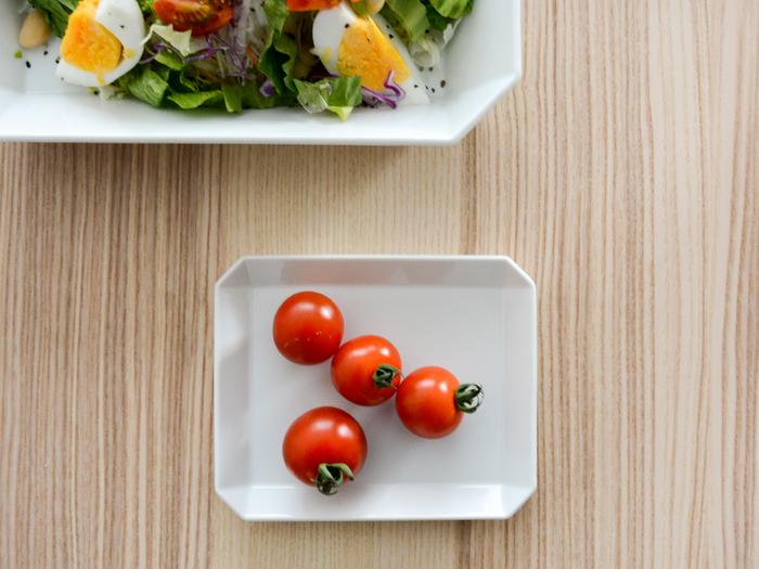 ミニトマトをのせただけでもなんだかスタイリッシュに見せてくれる、有田焼のスクエア型プレート。伝統は受け継ぎながらも、現代の暮らしにしっくりと馴染む器を生み出す「1616/arita japan(イチロクイチロク / アリタジャパン)」のアイテムです。  和洋中問わずどんな料理でも引き立ててくれる艶のある白い器。小さめのプレートは、小鉢のように副菜を盛り付けたり、パーティーで取り皿としても大活躍してくれます。