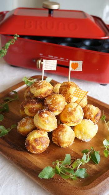 揚げ物のスイーツといえばドーナツ♪たこ焼きプレートなら、かわいいドーナツが手軽にできそう。こちらはマッシュしたかぼちゃを使うアレンジレシピです。