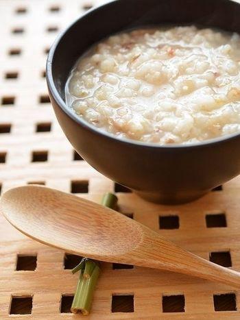 丸麦とパックのかつお節を炊飯器で一緒に炊いて作るおかゆは、食物繊維がたっぷり。さらに、温野菜や卵などをトッピングすれば、バランスのとれた朝食メニューになりますよ。