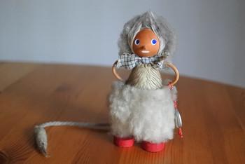 北欧伝説に登場するオソロシイ怪物・トロール。スウェーデン東部のゴットランド島で作られたこちらは、大きなお目めの小さな妖精になっており、赤い靴を履いて少女のよう。
